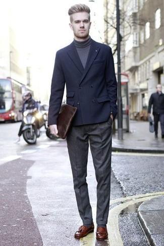 Comment porter: blazer croisé bleu marine, pull à col roulé gris foncé, pantalon de costume en laine gris foncé, mocassins à pampilles en cuir marron