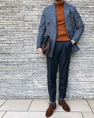Comment porter: blazer croisé en laine à carreaux gris, pull à col roulé tabac, pantalon de costume en laine noir, chaussures richelieu en daim marron