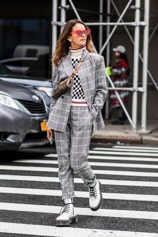 Comment porter: blazer croisé écossais gris, pull à col roulé en vichy blanc et noir, pantalon de costume écossais gris, bottines plates à lacets en cuir blanches