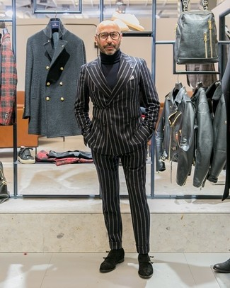 Comment porter: blazer croisé à rayures verticales noir, pull à col roulé noir, pantalon de costume à rayures verticales noir, double monks en daim noirs