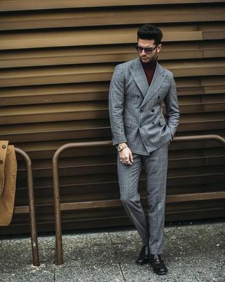 Comment porter: blazer croisé à carreaux gris, pull à col roulé bordeaux, pantalon de costume à carreaux gris, monks en cuir noirs