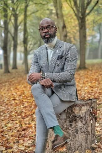 Comment porter: blazer croisé écossais gris, pull à col roulé en tricot blanc, pantalon de costume gris, mocassins à pampilles en daim marron foncé