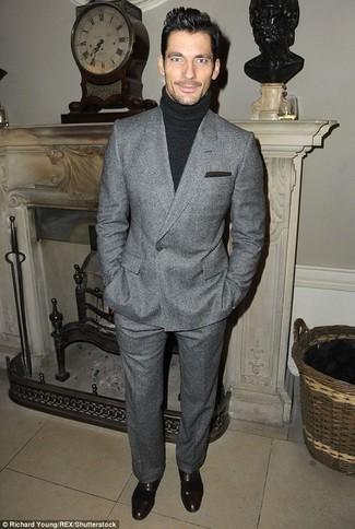 Comment porter: blazer croisé en laine gris, pull à col roulé noir, pantalon de costume en laine gris, chaussures richelieu en cuir noires