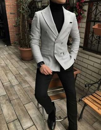 Comment porter: blazer croisé gris, pull à col roulé noir, pantalon de costume noir, bottines chelsea en daim noires