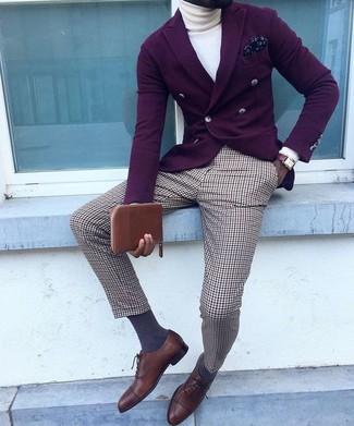 Comment porter: blazer croisé pourpre foncé, pull à col roulé blanc, pantalon de costume écossais marron, chaussures richelieu en cuir marron foncé