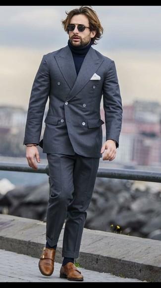 Comment porter: blazer croisé gris foncé, pull à col roulé bleu marine, pantalon de costume gris foncé, double monks en cuir marron