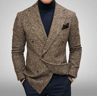 Comment porter: blazer croisé en laine à carreaux marron, pull à col roulé bleu marine, pantalon de costume bleu marine, pochette de costume noire