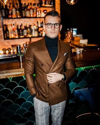 Comment porter: blazer croisé marron, pull à col roulé noir, pantalon de costume écossais gris, pochette de costume imprimée beige