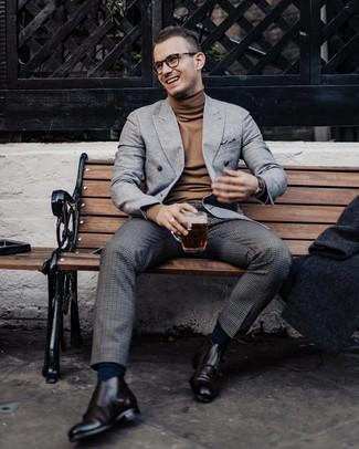 Comment porter: blazer croisé en laine gris, pull à col roulé marron, pantalon de costume en laine à carreaux gris foncé, double monks en cuir marron foncé