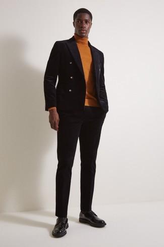 Comment porter un pull à col roulé tabac: Associe un pull à col roulé tabac avec un pantalon de costume en velours noir pour une silhouette classique et raffinée. Une paire de des chaussures derby en cuir noires est une option génial pour complèter cette tenue.
