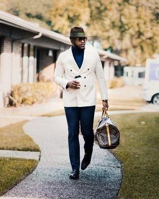 Comment porter un pantalon de costume: Harmonise un blazer croisé blanc avec un pantalon de costume pour une silhouette classique et raffinée. Jouez la carte décontractée pour les chaussures et assortis cette tenue avec une paire de des slippers en cuir noirs.