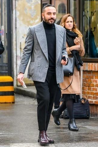 Comment porter un pull à col roulé: Quelque chose d'aussi simple que d'opter pour un pull à col roulé et un pantalon de costume noir peut te démarquer de la foule. Termine ce look avec une paire de des bottines chelsea en cuir bordeaux.