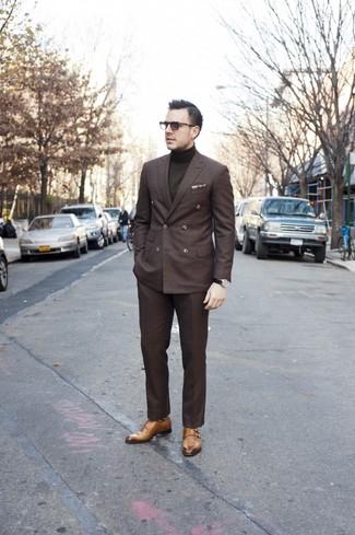 Comment porter: blazer croisé marron foncé, pull à col roulé olive, pantalon de costume marron foncé, double monks marron clair