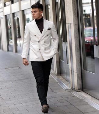 Tendances mode hommes: Marie un blazer croisé blanc avec un pantalon de costume noir pour un look pointu et élégant. Si tu veux éviter un look trop formel, complète cet ensemble avec une paire de double monks en daim marron.