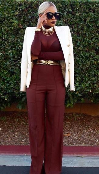Comment porter: blazer croisé blanc, pull à col roulé bordeaux, pantalon large bordeaux, ceinture serre-taille dorée