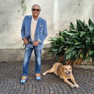 Comment porter une pochette de costume jaune: Pour une tenue de tous les jours pleine de caractère et de personnalité pense à marier un blazer croisé bleu clair avec une pochette de costume jaune. Si tu veux éviter un look trop formel, assortis cette tenue avec une paire de des chaussures de sport blanc et bleu.