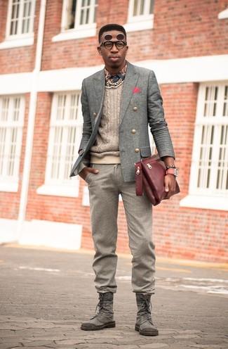 Comment porter: blazer croisé en laine gris, pull torsadé beige, chemise à manches longues imprimée bleu marine, pantalon de costume en laine marron