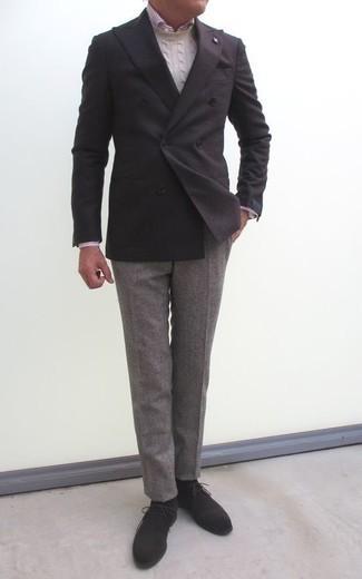 Comment porter un pull torsadé beige: Marie un pull torsadé beige avec un pantalon de costume gris pour dégager classe et sophistication. Si tu veux éviter un look trop formel, choisis une paire de des bottines chukka en daim gris foncé.