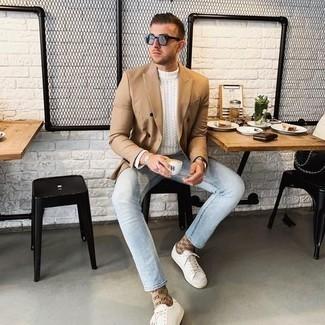 Tendances mode hommes: Choisis un blazer croisé marron clair et un pull torsadé blanc pour un look pointu et élégant.