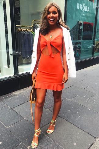 Comment porter: blazer croisé blanc, robe fourreau découpée orange, sandales à talons en cuir vert menthe, sac bandoulière en cuir imprimé marron foncé