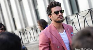 Comment porter: blazer croisé rouge, t-shirt à col en v blanc, pochette de costume imprimée bleue, lunettes de soleil vert foncé