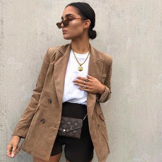 Comment porter: blazer croisé marron, short cycliste noir, sac bandoulière en cuir imprimé marron foncé, lunettes de soleil marron