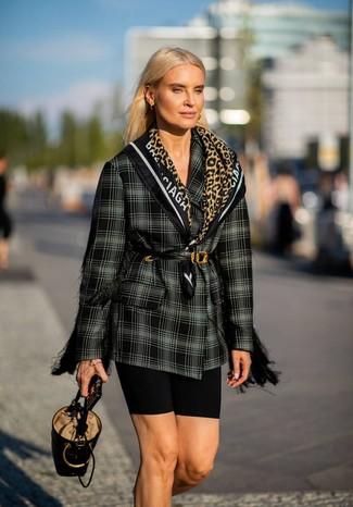 Comment porter: blazer croisé écossais noir et blanc, short cycliste noir, sac bourse en cuir noir, ceinture serre-taille en cuir noire