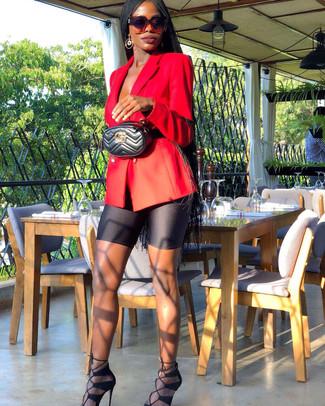 Comment porter: blazer croisé rouge, short cycliste noir, sandales à talons en daim noires, sac banane en cuir matelassé noir