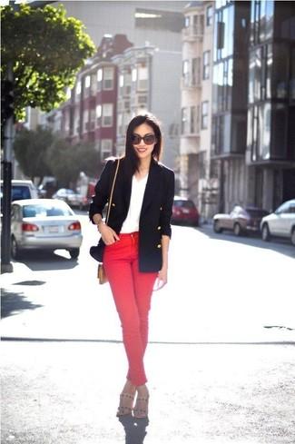 Comment porter: blazer croisé bleu marine, t-shirt à col en v blanc, jean skinny rouge, sandales à talons en cuir beiges