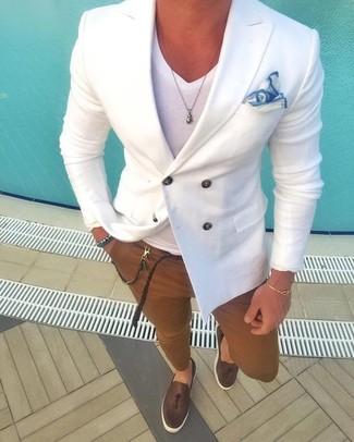 Comment porter: blazer croisé blanc, t-shirt à col en v blanc, pantalon chino marron, mocassins à pampilles en cuir marron foncé