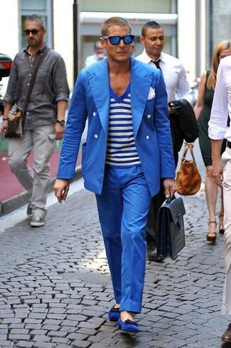 Comment porter: blazer croisé bleu, t-shirt à col en v à rayures horizontales blanc et bleu, pantalon de costume bleu, slippers en daim bleus