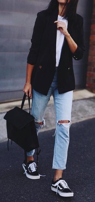 Comment porter: blazer croisé noir, t-shirt à col rond blanc, jean boyfriend déchiré bleu clair, baskets basses noires et blanches