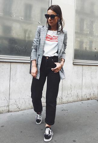 Comment porter: blazer croisé à carreaux gris, t-shirt à col rond imprimé blanc et rouge, jean boyfriend noir, baskets basses noires