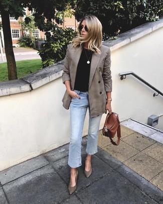 Comment porter: blazer croisé écossais marron, t-shirt à col rond noir, jean bleu clair, escarpins en daim marron