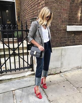Essaie d'associer un blazer croisé écossais gris avec un jean bleu marine pour une tenue raffinée mais idéale le week-end. Rehausse cet ensemble avec une paire de des escarpins en daim rouges.
