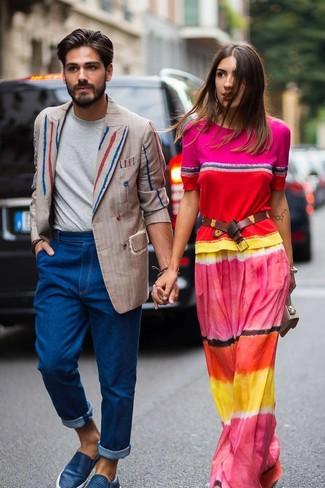 Comment porter: blazer croisé à rayures verticales beige, t-shirt à col rond gris, jean bleu, baskets à enfiler en cuir bleues