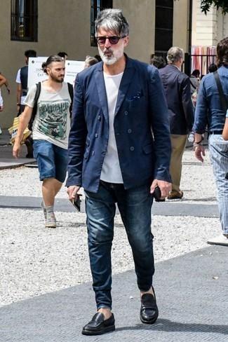 Comment porter un blazer croisé bleu marine: Pense à opter pour un blazer croisé bleu marine et un jean bleu marine pour achever un look habillé mais pas trop. Fais d'une paire de des slippers en cuir noirs ton choix de souliers pour afficher ton expertise vestimentaire.