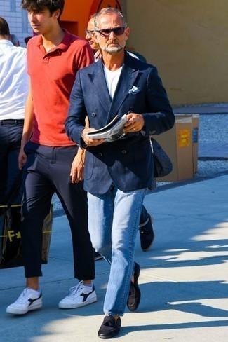 Comment porter des mocassins à pampilles en cuir noirs: Opte pour un blazer croisé bleu marine avec un jean bleu clair pour un look idéal au travail. Termine ce look avec une paire de des mocassins à pampilles en cuir noirs pour afficher ton expertise vestimentaire.