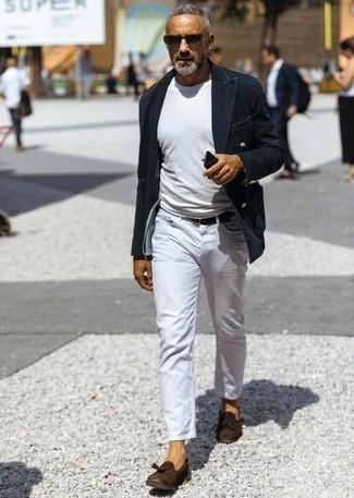 Comment porter des mocassins à pampilles en daim: Essaie d'associer un blazer croisé en velours côtelé bleu marine avec un jean blanc pour un look idéal au travail. Jouez la carte classique pour les chaussures et termine ce look avec une paire de des mocassins à pampilles en daim.