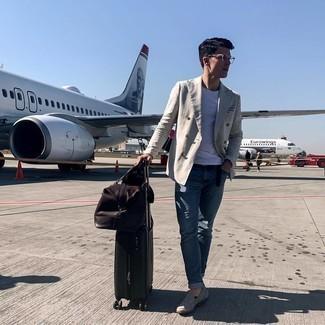 Tendances mode hommes: Pense à harmoniser un blazer croisé gris avec un t-shirt à col rond blanc pour créer un look chic et décontracté.
