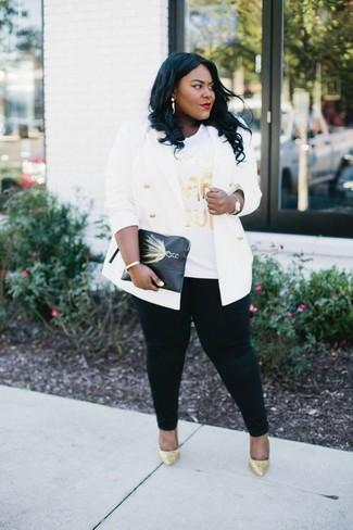 Comment porter: blazer croisé blanc, t-shirt à col rond imprimé blanc, jean skinny noir, escarpins pailletés dorés