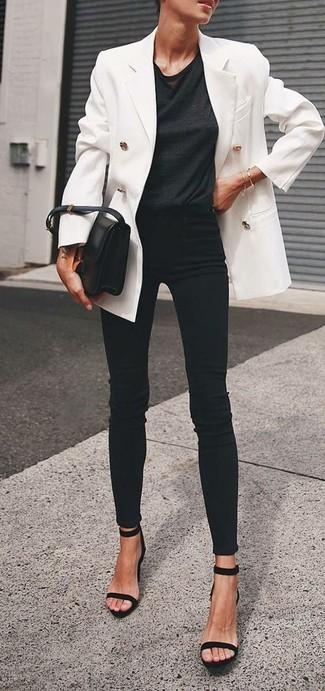 Tenue: Blazer croisé blanc, T-shirt à col rond noir, Jean skinny noir, Sandales à talons en daim noires