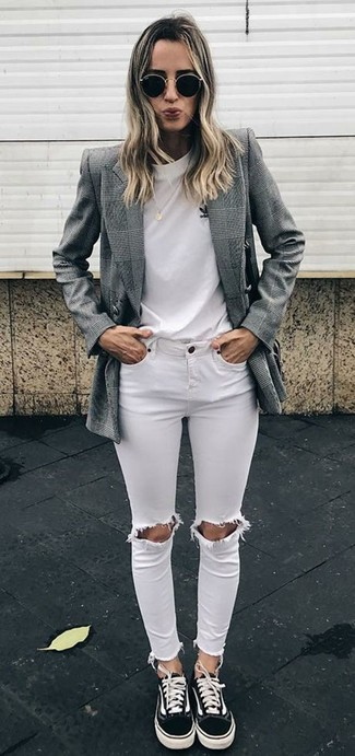 Comment porter: blazer croisé écossais gris, t-shirt à col rond blanc, jean skinny déchiré blanc, baskets basses en toile noires