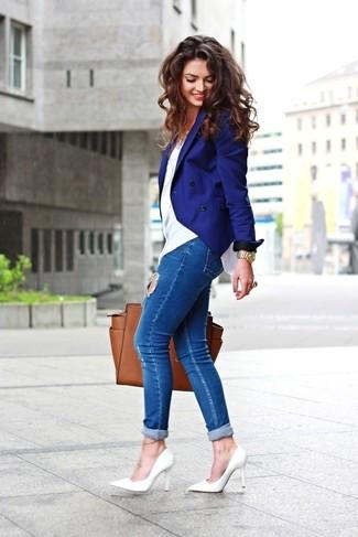 Comment porter: blazer croisé bleu, t-shirt à col rond blanc, jean skinny déchiré bleu, escarpins en cuir blancs