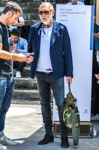 Comment porter un bandana: Pour une tenue de tous les jours pleine de caractère et de personnalité marie un blazer croisé bleu marine avec un bandana. D'une humeur audacieuse? Complète ta tenue avec une paire de des bottines chelsea en daim noires.