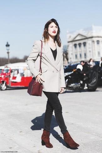 Comment porter: blazer croisé beige, t-shirt à col rond noir, jean skinny noir, bottines en daim bordeaux