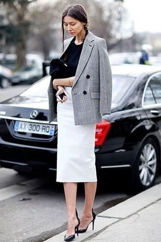 Marie un blazer croisé écossais gris avec une pochette en daim noire pour une tenue idéale le week-end. Une paire de des escarpins en cuir noirs apportera une esthétique classique à l'ensemble.