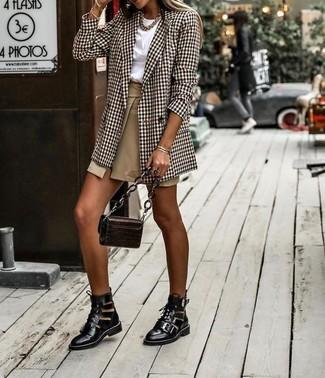 Harmonise un blazer croisé écossais marron avec une minijupe fendue brune claire pour une tenue idéale le week-end. Une paire de des bottines à lacets en cuir découpées noires apportera une esthétique classique à l'ensemble.