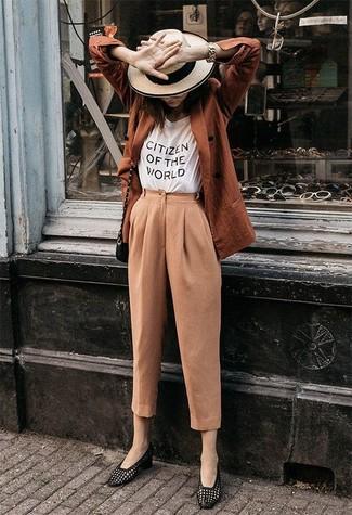 Comment porter: blazer croisé tabac, t-shirt à col rond imprimé blanc et noir, pantalon carotte marron clair, slippers en cuir noirs