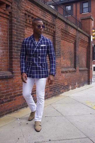 Comment porter: blazer croisé à carreaux bleu, t-shirt à col rond gris, pantalon chino blanc, double monks en daim marron clair
